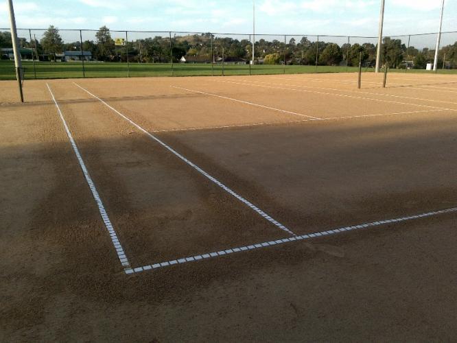 Как установить новые линии на глиняном теннисном корте